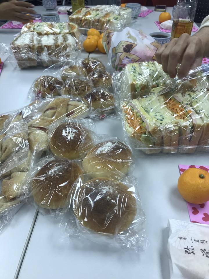 モヤモヤ会パン食事風景
